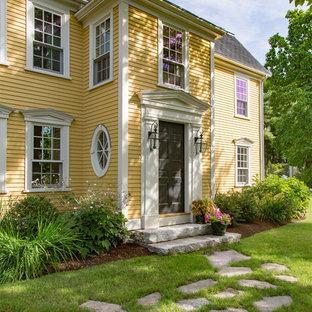 ボストンのカントリー風おしゃれな三階建ての家 (木材サイディング、黄色い外壁) の写真