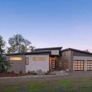 ポートランドのコンテンポラリースタイルのおしゃれな家の外観 (コンクリート繊維板サイディング、ベージュの外壁、片流れ屋根、戸建、金属屋根) の写真