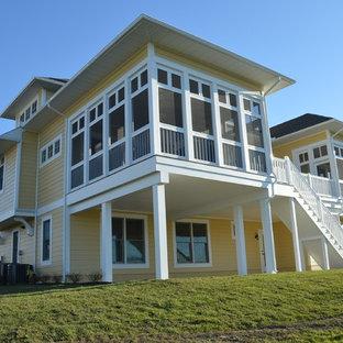 Источник вдохновения для домашнего уюта: большой, трехэтажный, деревянный, желтый дом в классическом стиле с мансардной крышей
