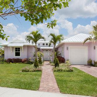Неиссякаемый источник вдохновения для домашнего уюта: огромный, двухэтажный, розовый частный загородный дом в морском стиле с облицовкой из бетона, вальмовой крышей и металлической крышей