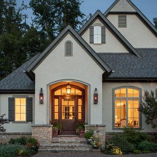 Diseño de fachada verde, clásica renovada, grande, de dos plantas, con revestimiento de estuco y tejado a dos aguas