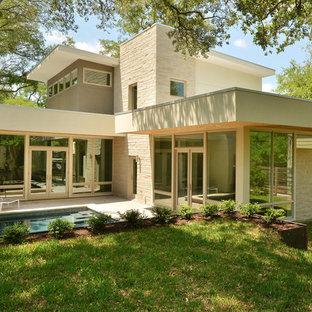 Imagen de fachada beige, minimalista, de dos plantas, con revestimientos combinados
