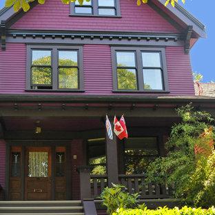 Immagine della facciata di una casa unifamiliare viola vittoriana a tre o più piani di medie dimensioni con rivestimento in legno, tetto a capanna e copertura a scandole