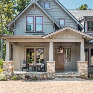Immagine della facciata di una casa unifamiliare grande american style a due piani con rivestimenti misti