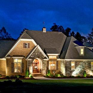 Ispirazione per la facciata di una casa classica con rivestimenti misti