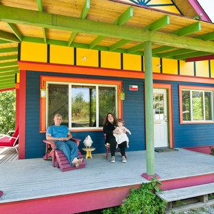 Foto de fachada multicolor, bohemia, con revestimiento de madera