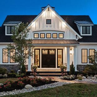 Immagine della facciata di una casa unifamiliare ampia bianca country a un piano con rivestimento con lastre in cemento e copertura a scandole