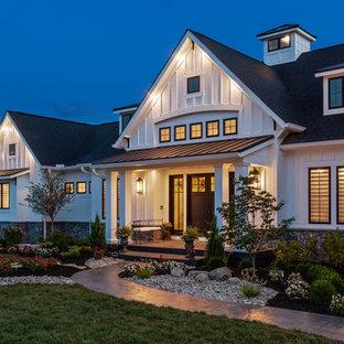 Lantlig inredning av ett mycket stort vitt hus, med allt i ett plan, fiberplattor i betong och tak i shingel