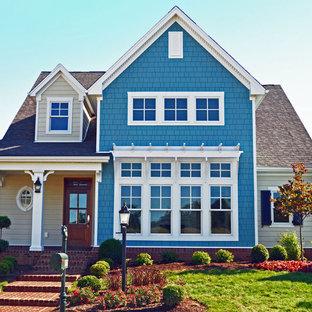 Modelo de fachada azul, clásica, de tamaño medio, con revestimiento de madera