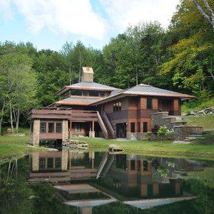 Inspiration för ett stort amerikanskt brunt trähus, med tre eller fler plan och valmat tak