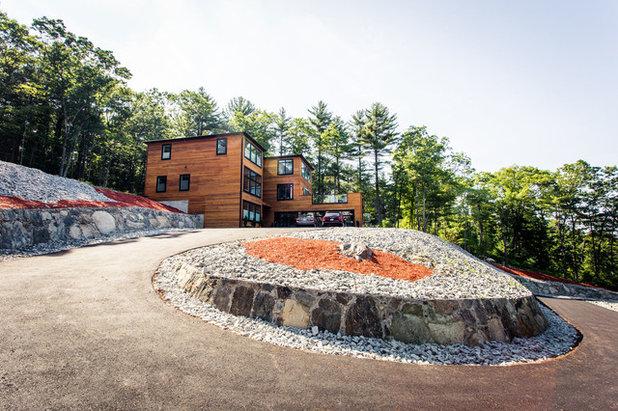 Современный Фасад дома by Diamond Builders