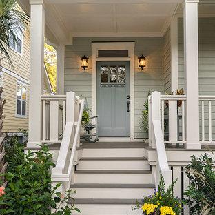 Réalisation d'une grand façade de maison grise craftsman à un étage avec un revêtement en panneau de béton fibré et un toit à deux pans.