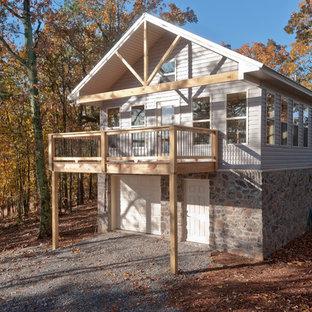 Стильный дизайн: маленький, двухэтажный, серый многоквартирный дом в стиле кантри с комбинированной облицовкой, двускатной крышей и крышей из гибкой черепицы - последний тренд