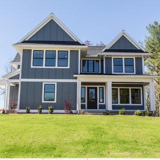 Идея дизайна: двухэтажный, серый дом в стиле кантри с отделкой доской с нащельником