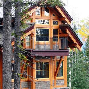 Diseño de fachada marrón, rústica, de dos plantas, con revestimientos combinados y tejado a dos aguas