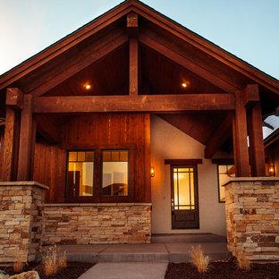 Esempio della facciata di una casa unifamiliare marrone rustica a un piano di medie dimensioni con rivestimenti misti, tetto a capanna e copertura a scandole