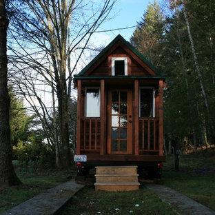 Ispirazione per la facciata di una casa piccola con rivestimento in legno