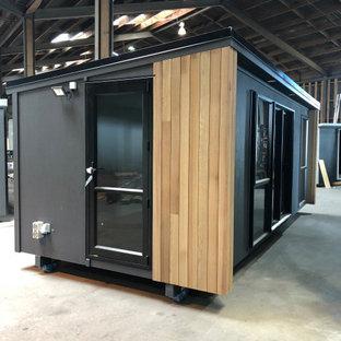 Стильный дизайн: маленький, одноэтажный, деревянный, серый мини-дом с односкатной крышей - последний тренд
