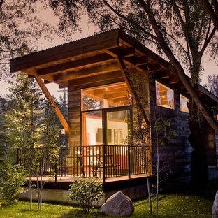 Idéer för att renovera ett litet funkis grått trähus, med allt i ett plan och platt tak