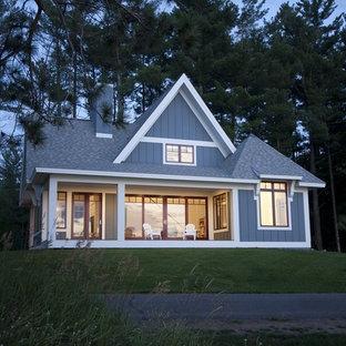 Idee per la facciata di una casa piccola classica a due piani con rivestimento in legno e tetto a capanna