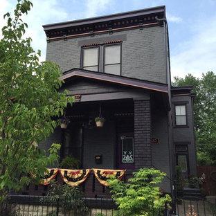 Idéer för mellanstora vintage grå hus, med två våningar, tegel, platt tak och tak i shingel