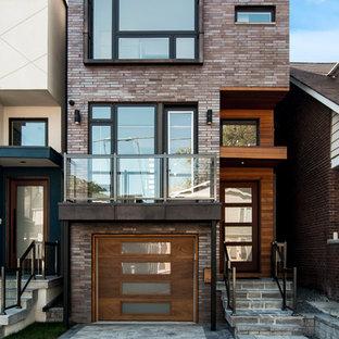 Modelo de fachada de casa pareada marrón, actual, de tamaño medio, de tres plantas, con revestimiento de ladrillo y tejado plano