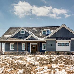 Réalisation d'une façade de maison bleue tradition de taille moyenne et à un étage avec un revêtement en vinyle, un toit à deux pans et un toit en shingle.