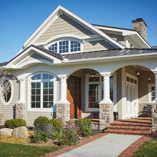 グランドラピッズのトラディショナルスタイルのおしゃれな家の外観 (混合材屋根、ブラウンの屋根) の写真