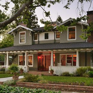 Cette photo montre une façade de maison grise craftsman à un étage.