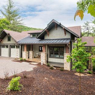 Источник вдохновения для домашнего уюта: двухэтажный, деревянный, бежевый частный загородный дом среднего размера в стиле кантри с двускатной крышей и крышей из смешанных материалов