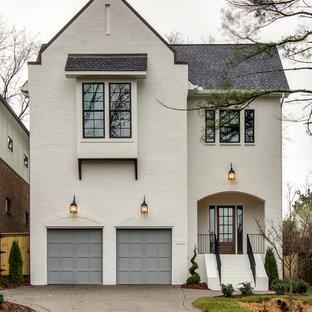 Immagine della facciata di una casa unifamiliare grande bianca classica a due piani con rivestimento in mattoni, copertura a scandole e tetto a capanna