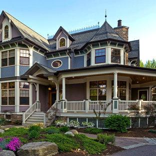 Aménagement d'une grand façade de maison violet victorienne à un étage avec un toit à deux pans.