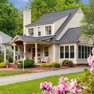 Idee per la facciata di una casa piccola classica a due piani