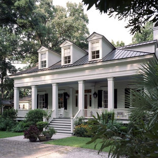 Example of a classic white exterior home design in Charleston