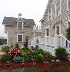 traditional exterior by Maria Hickey & Associates Landscapes