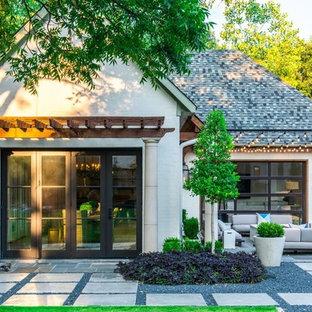 Modelo de fachada de casa blanca, clásica, de tamaño medio, de una planta, con revestimiento de ladrillo, tejado a cuatro aguas y tejado de teja de madera