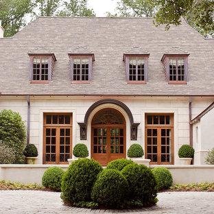 Foto de fachada clásica de dos plantas