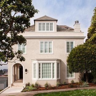 サンフランシスコのトラディショナルスタイルのおしゃれな家の外観 (漆喰サイディング、ベージュの外壁、寄棟屋根) の写真