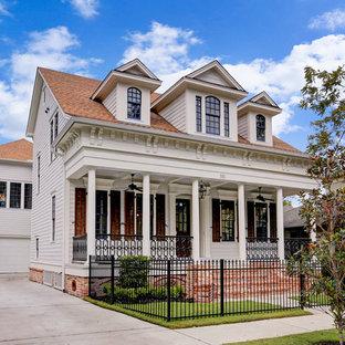 Foto della facciata di una casa bianca classica a due piani con tetto a capanna