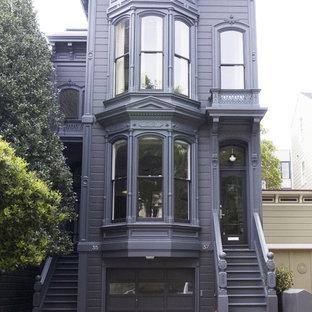 Idee per la facciata di una casa viola vittoriana a due piani di medie dimensioni con rivestimento in legno