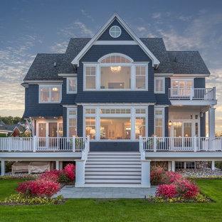 Zweistöckiges, Blaues, Großes Klassisches Einfamilienhaus mit Holzfassade, Satteldach und Schindeldach in Sonstige