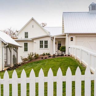 Inspiration för ett stort lantligt vitt hus, med tre eller fler plan, fiberplattor i betong, tak i metall och sadeltak