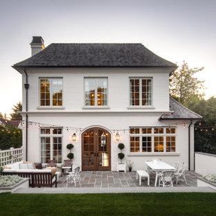 Idéer för stora vintage vita hus, med tre eller fler plan, tegel, valmat tak och tak i shingel