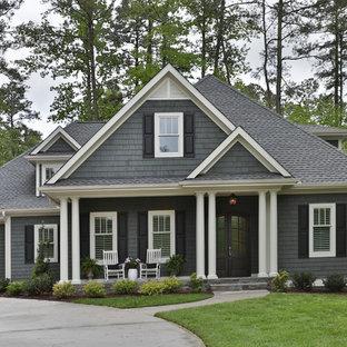 ローリーのトランジショナルスタイルのおしゃれな家の外観 (木材サイディング、グレーの外壁) の写真