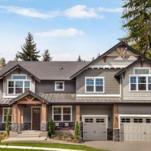 Ejemplo de fachada de casa gris, clásica renovada, de dos plantas, con tejado a dos aguas y tejado de teja de madera