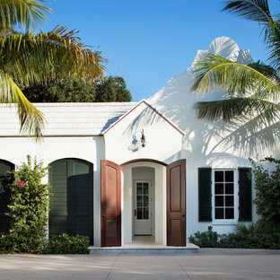 マイアミの中くらいのトランジショナルスタイルのおしゃれな家の外観 (漆喰サイディング、白い屋根) の写真