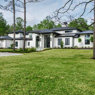 ヒューストンのトランジショナルスタイルのおしゃれな家の外観 (塗装レンガ) の写真