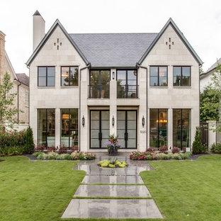 Ispirazione per la facciata di una casa beige classica a due piani con rivestimento in pietra e tetto a capanna