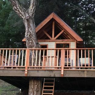 Foto på ett mellanstort amerikanskt beige trähus, med allt i ett plan och sadeltak