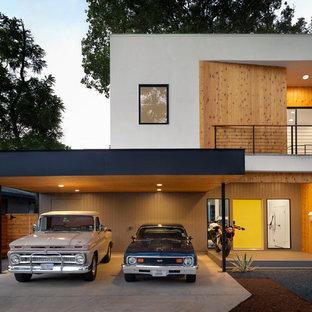 Immagine della facciata di una casa unifamiliare contemporanea a due piani con tetto piano e rivestimenti misti